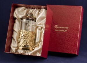 Партнеру-женщине можно подарить антикварную вазу, хорошую картину в кабинет, а если она к тому же страстный коллекционер, вручите ей ценный для ее коллекции предмет